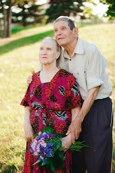 Glückliche ältere paare an der natur, glückliche alte leute