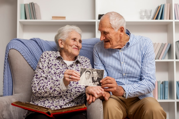 Glückliche ältere paare, die ein bild halten