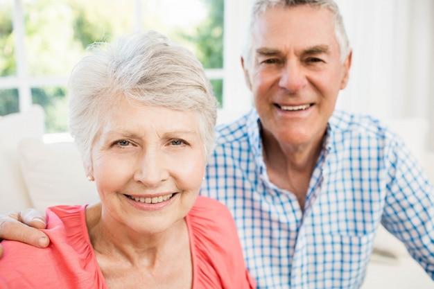 Glückliche ältere paare, die ein selfie auf dem sofa nehmen
