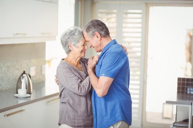 Glückliche ältere romantische paare in der küche