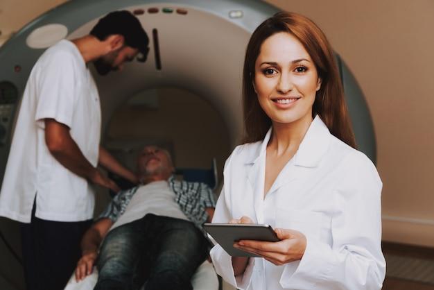 Glückliche ärztin mri in der neurologie-klinik