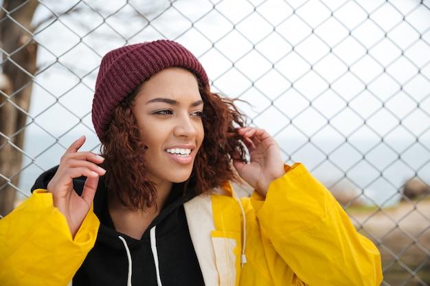 Glückliche afrikanische junge dame, die draußen geht