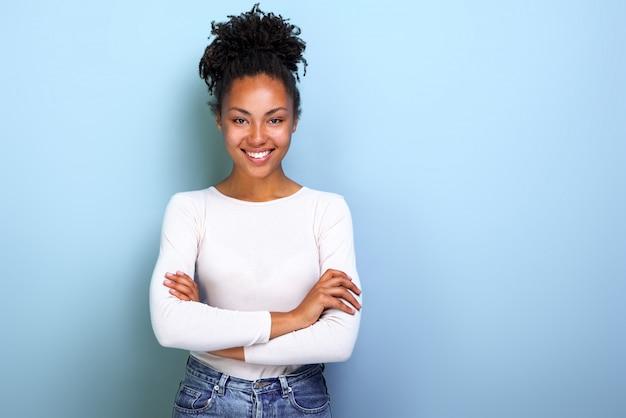 Glückliche afroamerikanerfrau gefaltete arme bei der stellung
