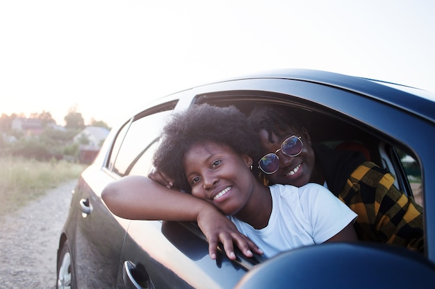 Glückliche afroamerikanerin in einem auto, lebensstil
