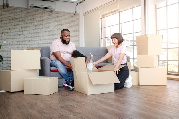 Glückliche afroamerikanische familie eltern und töchter ziehen in ein neues zuhause