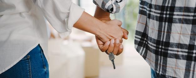 Glückliche afroamerikanische junge familie kaufte neues haus.