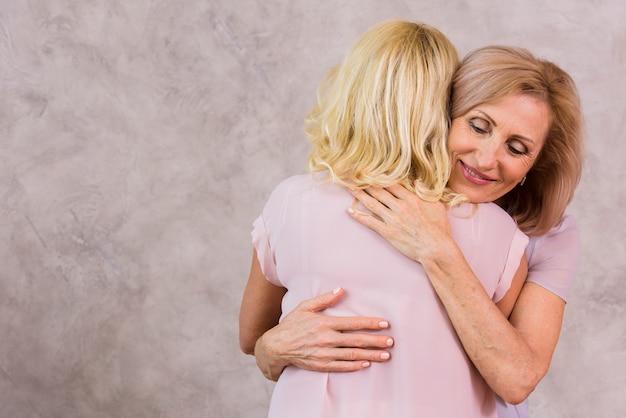 Glückliche alte beste freunde umarmen
