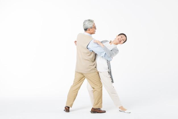 Glückliche alte paare, die isolat tanzen