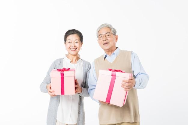 Glückliche alte paare mit geschenkboxen