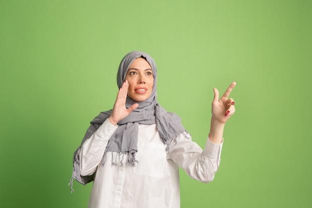 Glückliche arabische frau im hijab