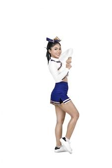 Glückliche asiatische cheerleaderin in aktion