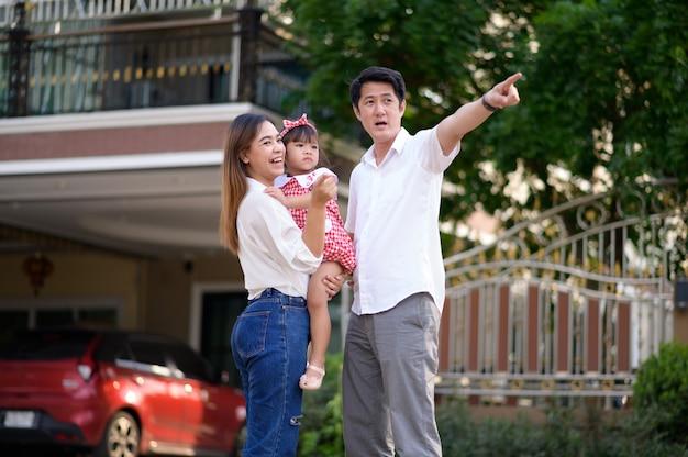 Glückliche asiatische familie bestehend aus eltern und kind