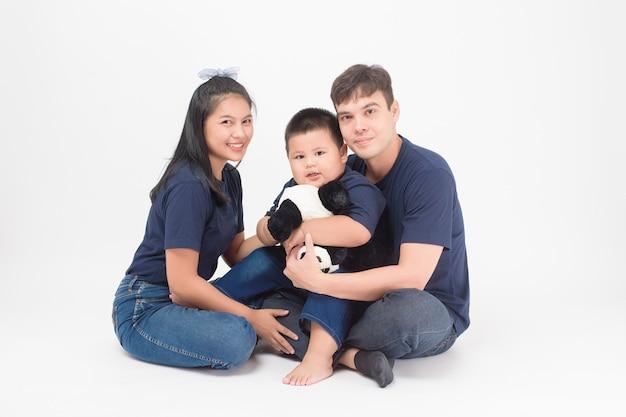 Glückliche asiatische familie genießen mit sohn im studio