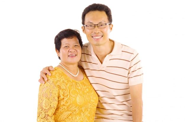 Glückliche asiatische familienmutter und erwachsene nachkommenschaft, die spaßzeit hat