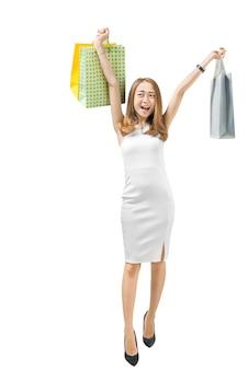 Glückliche asiatische frau, die einkaufstaschen hält