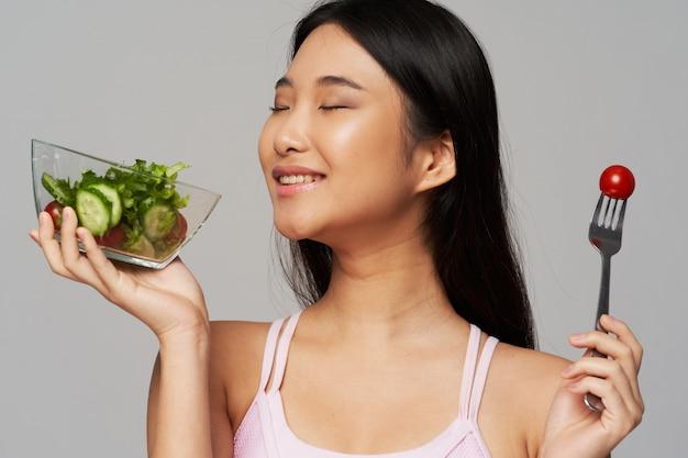 Glückliche asiatische frau mit salat