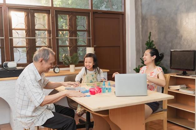 Glückliche asiatische lustige familienzeit zu hause