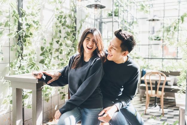Glückliche asiatische paare in der liebe, die spaß hat