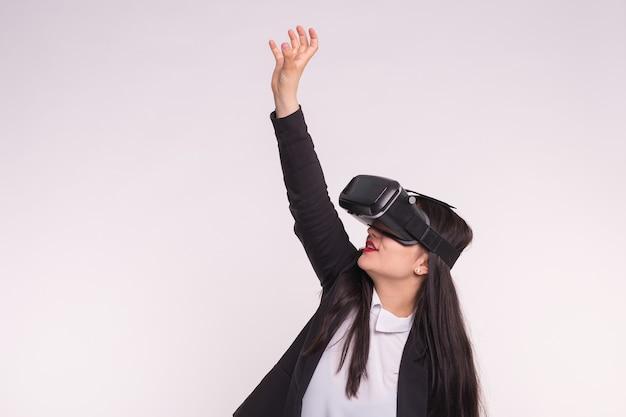 Glückliche aufgeregte junge frau, die ein virtual-reality-headset verwendet