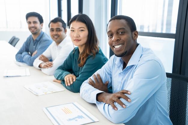 Glückliche aufgeregte multiethnische geschäftsstudenten bereit zum seminar.