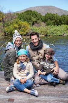 Glückliche beiläufige familie an einem see