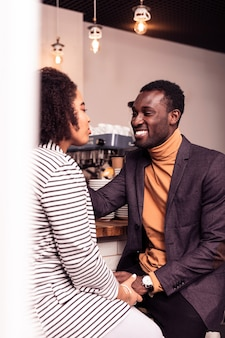 Glückliche beziehungen. nettes junges paar, das zeit zusammen verbringt, während es auf einem date ist