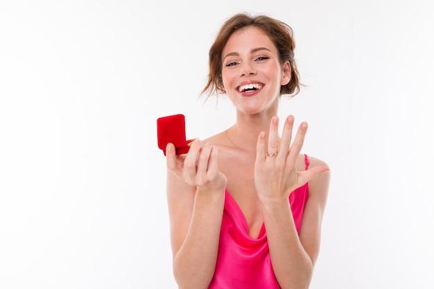 Glückliche braut mit einem ring am finger