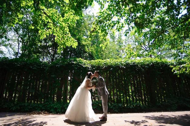 Glückliche braut und bräutigam am hochzeitsweg