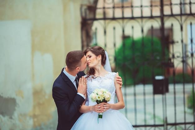 Glückliche braut und bräutigam an ihrem hochzeitstag