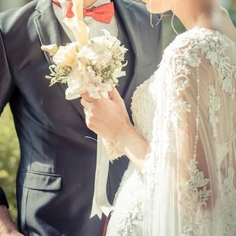 Glückliche braut und bräutigam auf ihrer hochzeit. vintage tonfarbe