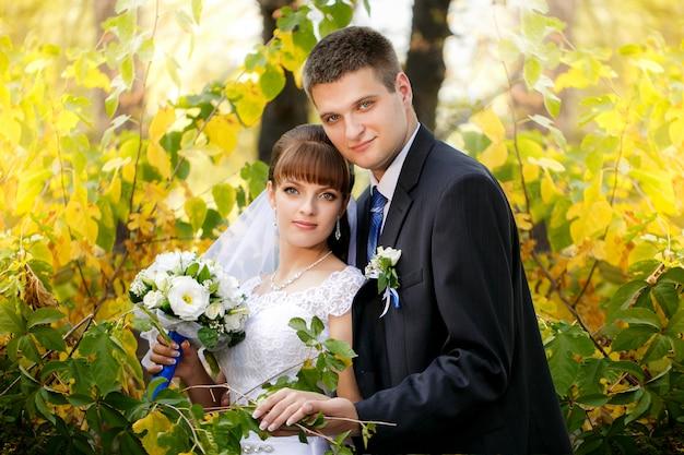 Glückliche braut und bräutigam auf ihrer hochzeit