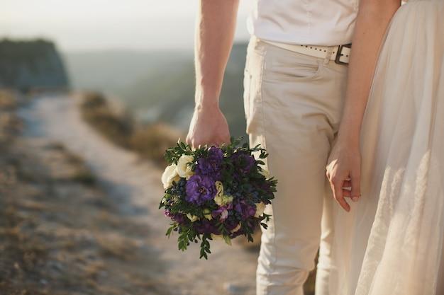 Glückliche braut und bräutigam auf ihrer hochzeitsumarmung