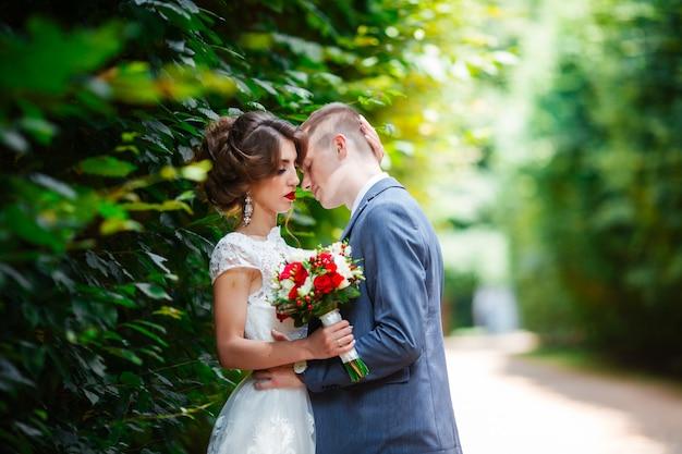 Glückliche braut und bräutigam bei ihrer hochzeit. jungvermählten im park.