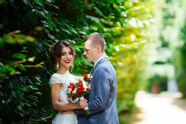 Glückliche braut und bräutigam bei ihrer hochzeit
