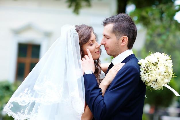 Glückliche braut und bräutigam. brautpaar
