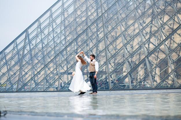 Glückliche braut und bräutigam, die ihre hochzeit in paris genießen