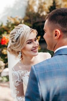 Glückliche braut und bräutigam im freien