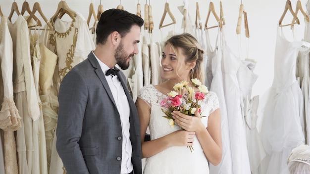 Glückliche braut und bräutigam im hochzeitskleid bereiten sich für die hochzeit in der hochzeitszeremonie vor. romantische liebe von mann und frau paar.