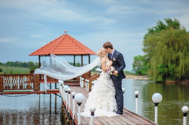 Glückliche braut und bräutigam in einem schloss an ihrem hochzeitstag