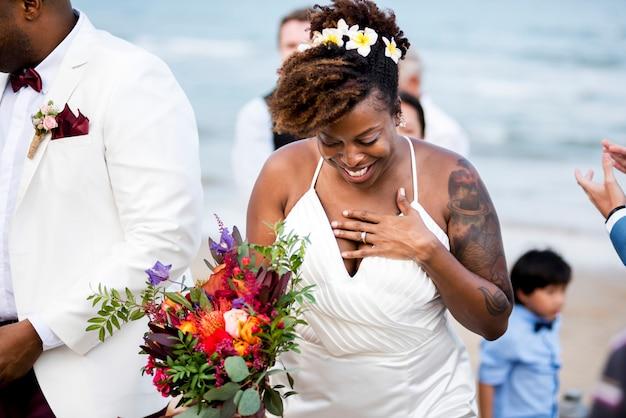 Glückliche braut und bräutigam in einer hochzeitszeremonie in einer tropeninsel