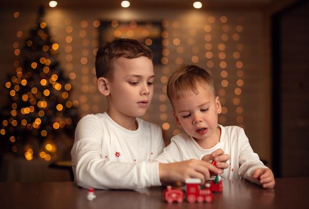 Glückliche brüder am weihnachtstag mit spielzeug