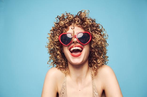 Glückliche dame ausdruck von gefühlen beschnittene ansicht, mode sonnenbrille