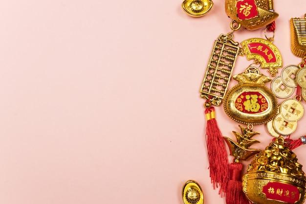 Glückliche dekoration des chinesischen neujahrsfests auf einem rosa hintergrund