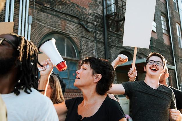 Glückliche demonstranten marschieren durch die stadt