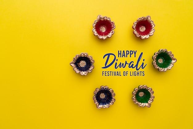 Glückliche diwali clay diya-lampen beleuchteten während dipavali, hinduistisches festival der lichtfeier