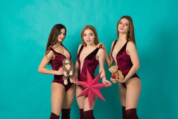 Glückliche drei schöne mädchen mit unterschiedlicher haarfarbe
