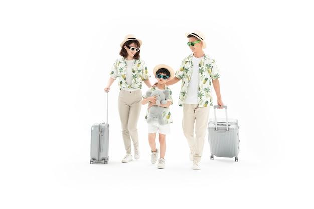 Glückliche dreiköpfige familie auf reisen