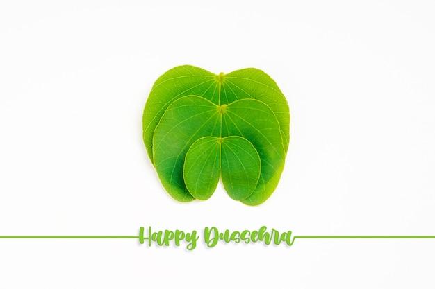 Glückliche dussehra-grußkarte, grünes apta-blatt und reis, indisches festival dussehra