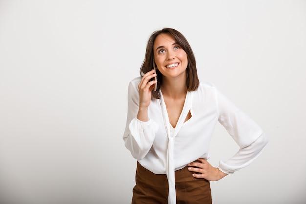 Glückliche elegante frau, die telefon spricht