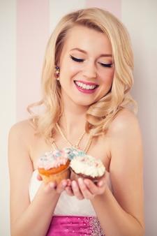 Glückliche elegante frau mit muffins